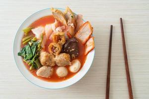 fideos con albóndigas en sopa rosa o yen ta cuatro fideos al estilo asiático foto