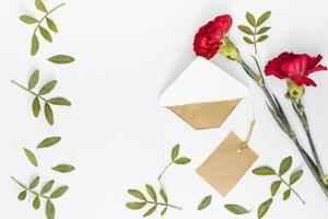 flores de clavel rojo con papel de sobres. concepto de foto hermosa de alta calidad