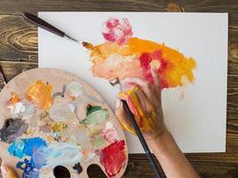 artista de vista superior pintando con paleta de pincel. concepto de foto hermosa de alta calidad
