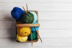 canasta de bolas de lana de vista superior. concepto de foto hermosa de alta calidad