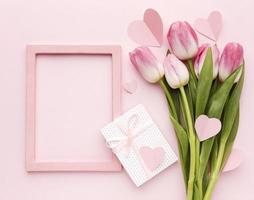 regalo de tulipanes de vista superior. concepto de foto hermosa de alta calidad