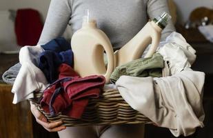mujer sosteniendo canasta de lavandería de cerca. concepto de foto hermosa de alta calidad