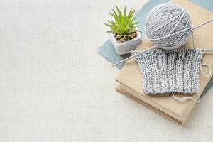 conjunto de crochet de vista superior con espacio de copia de hilo. concepto de foto hermosa de alta calidad
