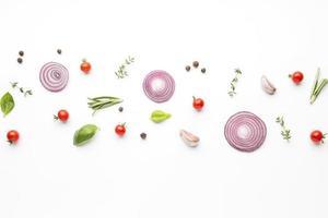vista superior aros de cebolla con condimentos alineados. concepto de foto hermosa de alta calidad