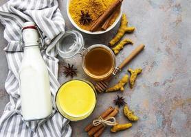 bebida latte de cúrcuma amarilla. foto