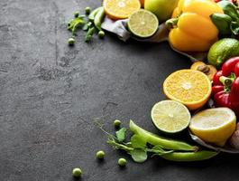 comida sana. verduras y frutas sobre un fondo de hormigón negro. foto