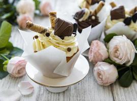 Cupcakes de chocolate sobre fondo blanco de madera foto