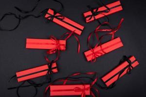 un conjunto de regalos y sorpresas en cajas brillantes decoradas con cintas foto