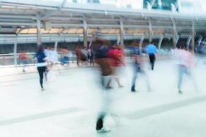 gente caminando en movimiento borroso en la ciudad foto