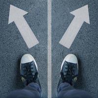 par de zapatos y dos flechas, elecciones y decisiones. foto