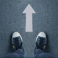 par de zapatos y flechas blancas, caminando hacia adelante foto