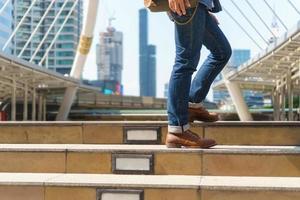 hombre caminando en la ciudad con maleta foto
