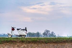 Vintage motocicletas blancas en una carretera rural foto