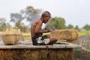 anciano y artesanía de bambú, estilo de vida de los lugareños en tailandia foto