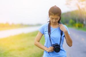 retrato, de, hermoso, niña, en, camiseta azul, y, jeans foto