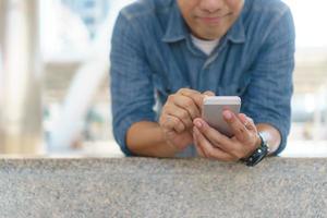 uso del teléfono móvil en la ciudad foto