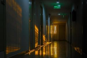 Pasarela en el condominio con iluminación de fondo de luz solar foto
