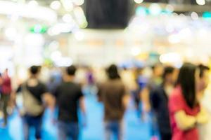 Desenfocar el fondo de la imagen de la gente en la exposición. foto