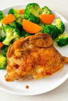 Filete de pollo teriyaki con brócoli y zanahoria foto