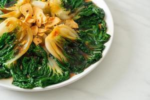 col china baby con salsa de ostras y ajo - estilo de comida asiática foto