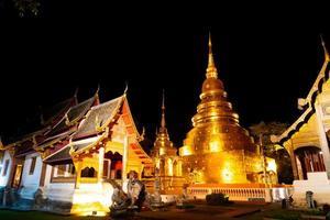 Hermosa arquitectura en el templo Wat Phra Sing Waramahavihan por la noche en la provincia de Chiang Mai, Tailandia foto