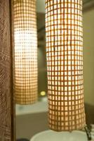 hermosa lámpara decorar en la habitación del hotel foto