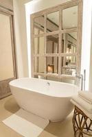 Bañera en el baño del resort de hotel de lujo foto
