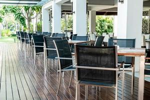Mesa de comedor vacía y una silla en el restaurante cafetería. foto
