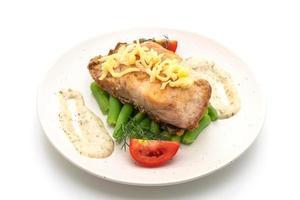 Filete de pescado pargo a la parrilla con verduras aislado sobre fondo blanco. foto