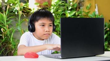 un garçon porte des écouteurs sans fil video