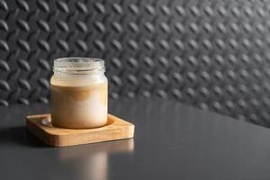 un vaso de espresso sobre leche fresca fría crea una capa de degradado llamada café sucio foto