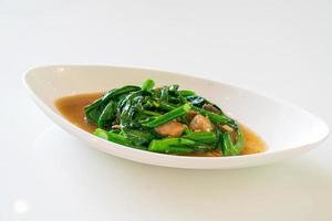 Pescado salado salteado con col rizada china - estilo de comida asiática foto