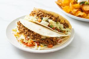 tacos mexicanos con pollo picado foto