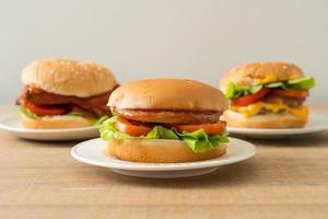 Hamburguesas de pollo con salsa en la placa blanca. foto