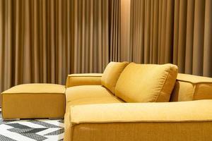 Sofá vacío de mostaza dorada en el salón foto