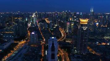Luftaufnahmen aus der Nachtstadt mit stark befahrener Autobahn video
