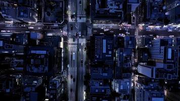 Nachtstadtluftaufnahmen mit Autobahnverkehr video