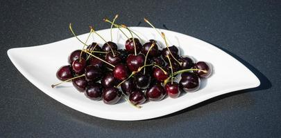 una pila de cerezas dulces oscuras foto