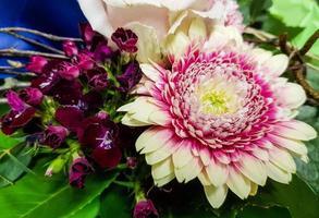 ramo de novia con diferentes flores. foto