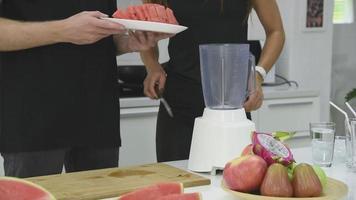 smoothie à la pastèque aux fruits dans une cuisine moderne video