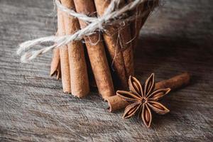Palitos de canela y anís en la superficie de madera foto