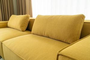 Interior de la decoración del sofá de tela amarilla vacía en la sala de estar en casa foto