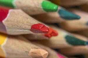 Primer plano de lápices rojos, amarillos y verdes foto