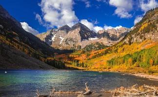 Scenic maroon bells cerca de Aspen Colorado en época otoñal foto