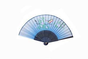 Ventilador de mano azul con pájaros y flores aislado en blanco foto