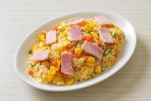 arroz frito casero con jamón y verduras mixtas de zanahoria, judías verdes y maíz foto