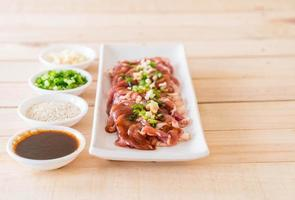 Carne de cerdo fresca en rodajas sobre fondo blanco. foto