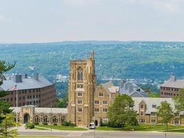 Soleada vista exterior del edificio War Memorial de la Universidad de Cornell. foto