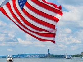 vista soleada del monumento nacional de la estatua de la libertad foto