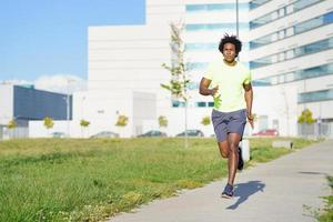 atlético negro corriendo en un parque urbano. foto